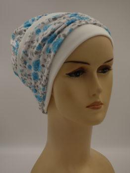 Biała modna czapka w niebieskie różyczki