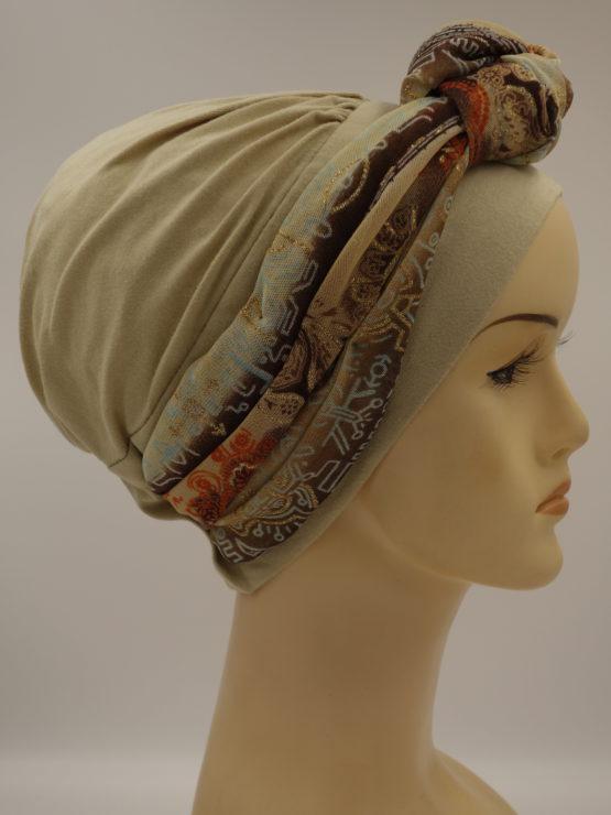 Beżowa modna czapka z dekoracją w indyjskie wzory
