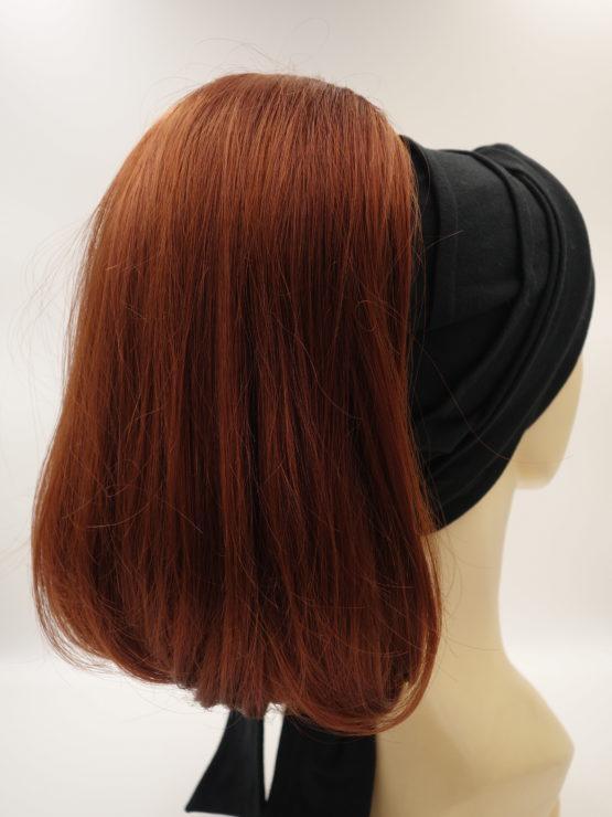 Włosy półdługie, proste, rude na opasce w kolorze czarnym