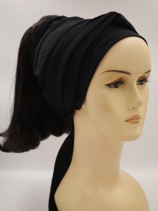 Włosy półdługie, proste, ciemny brąz na opasce w kolorze czarnym