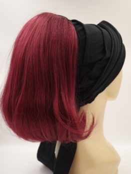 Włosy półdługie, proste, oberżyna, na opasce w kolorze czarnym