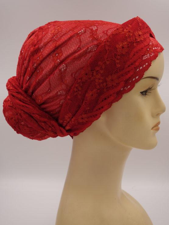 Czerwony turban z koronką i dekoracją