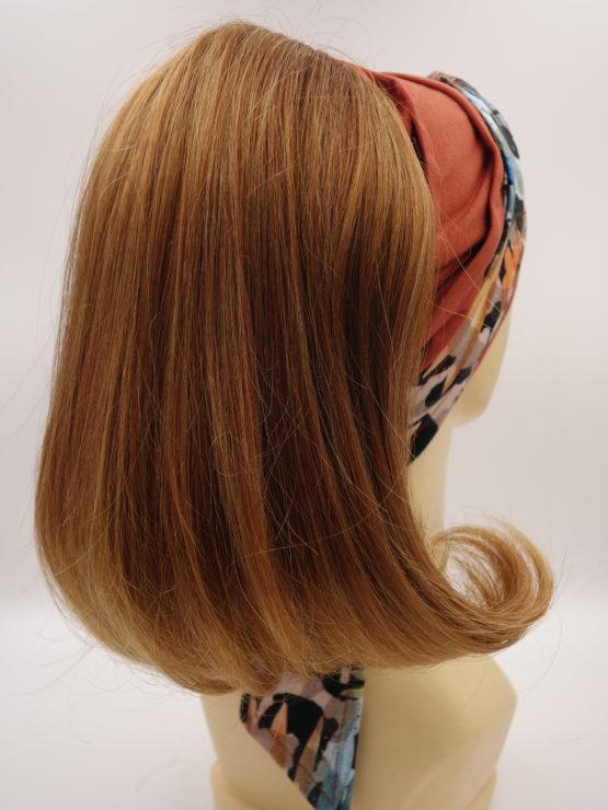 Włosy półdługie, proste, miedziane, na opasce w kolorze irlandzkiego brązu