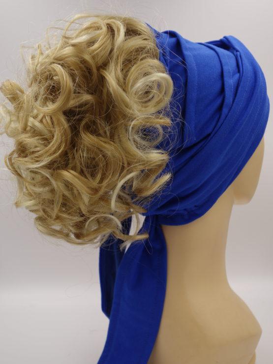 Włosy krótkie, kręcone, złoty blond, na opasce w kolorze szafirowym