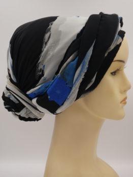 Kolorowy turban z żorżety, z plecioną dekoracją, uszyty na bawełnianej podstawie.