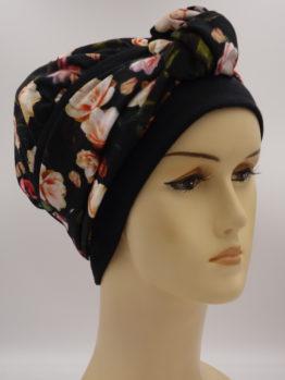 Czarna chusta w kwiaty - modny wzór - z dekoracją.
