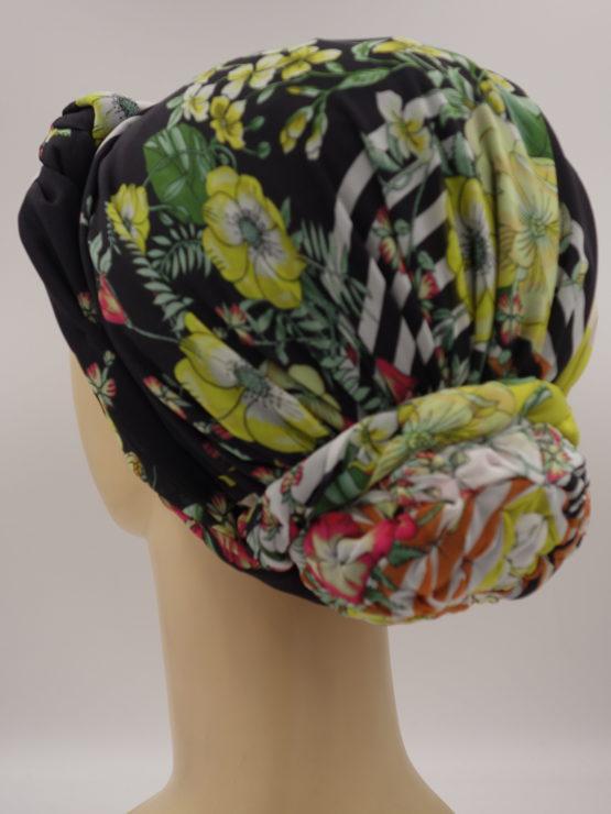 Czarny turban w kolorowe kwiaty z plecioną dekoracją