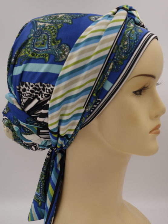 Niebieski turban we wzory z dekoracją