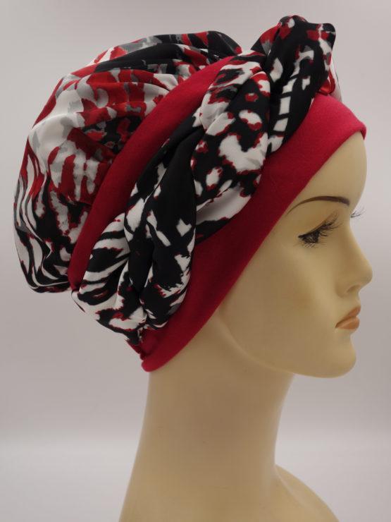 Czerwona modna czapka we wzory - z dekoracją
