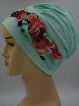 Miętowa modna czapka z dekoracją w kwiaty