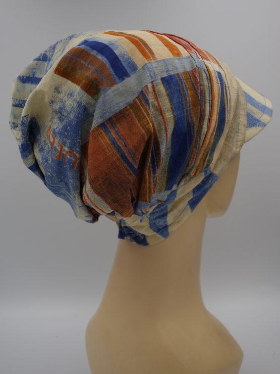 Beżowy kaszkiet we wzory, wykonany z satynowej bawełny.