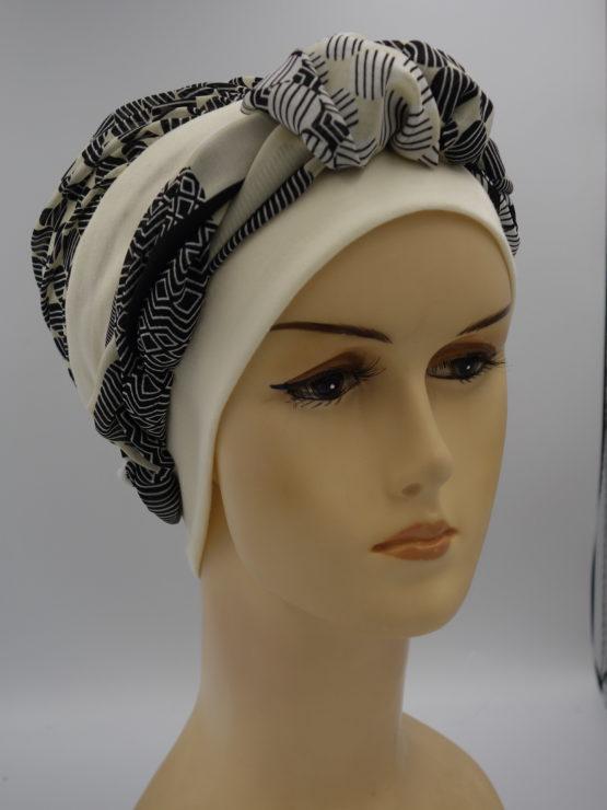 Ecru modna czapka z dekoracją we wzory