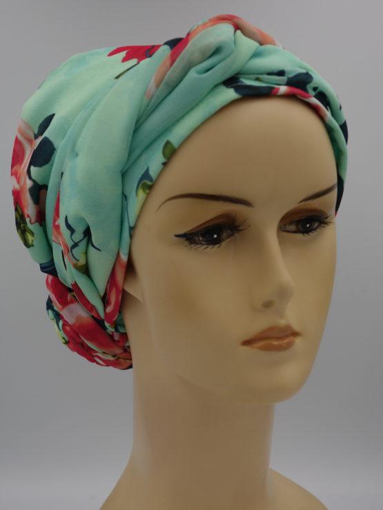 Miętowy turban w kwiaty pokryty jedwabną żorżetą z dekoracją, uszyty na bawełnianej podstawie w kolorze ecru.