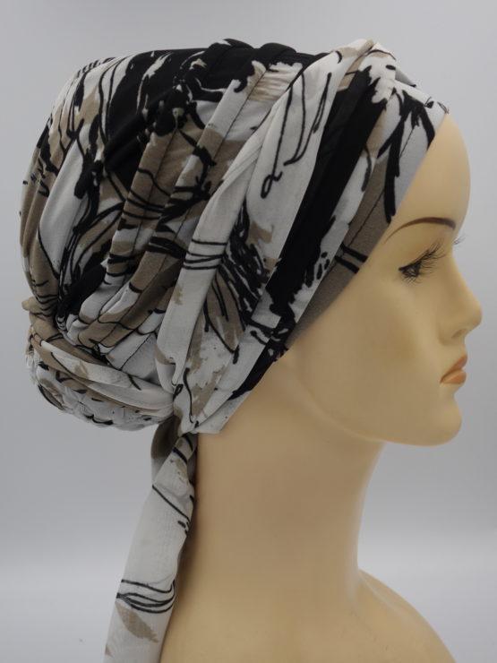 Beżowo-czarny turban w kwiatowe wzory z dekoracją