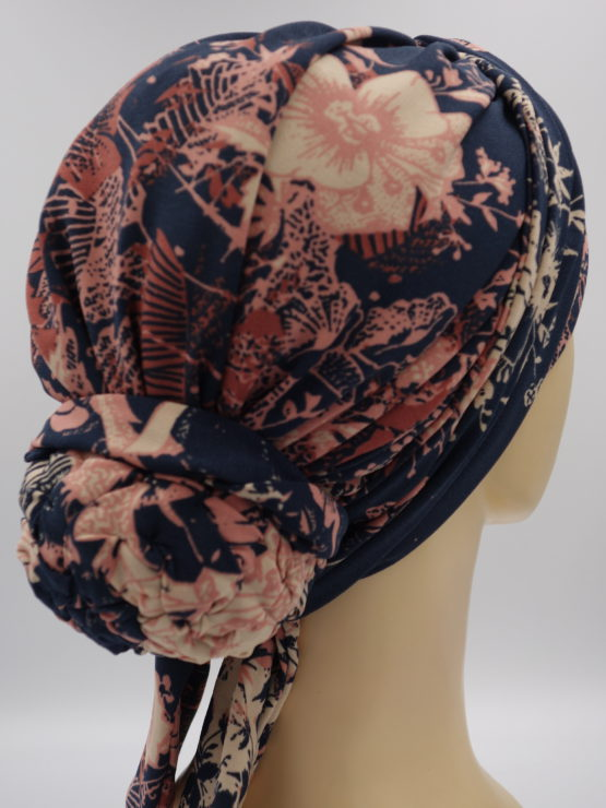 Granatowy turban w brzoskwiniowe kwiaty, z dekoracją