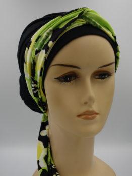 Czarny turban drapowany z zieloną dekoracją
